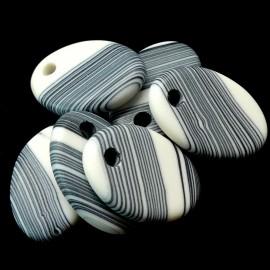 Pendentif - Ovale en résine strié noir et blanc